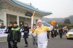 2018 평창 동계올림픽을 밝힐 성화가 16일 서울에서의 봉송을 성공리에 마쳤다