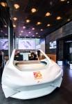 관람객이 서울 을지로에 위치한 ICT체험관 티움에서 SKT 5G 자율주행 콘셉트 차량을 체험하고 있다