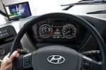 현대자동차가 3세대 수소전기버스에 적용한 최첨단 안전기술 운전자 상태 경고 시스템이 주행 중 운전자의 상태를 감지하고 상황에 맞는 경고 메시지를 계기판에 표시하고 있다