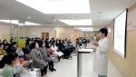 강동미즈여성병원이 예비맘들을 위한 주치의와 산모들이 함께하는 힐링 토크를 개최했다. 안성호 분만센터장이 산모들과 함께 힐링 토크를 진행하고 있다