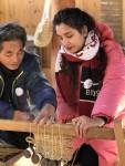 외국인 관광객이 전통시장을 찾아 문화 체험을 하고 있다