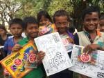 한국청소년연맹 희망사과나무가 캄보디아 아이들의 꿈이 담길 스케치북과 색연필을 후원했다. 사진은 캄보디아 빈민지역 아이들이 학용품을 받고 있다