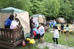 국립평창청소년수련원이 청소년자기도전포상제 탐험활동 캠프 참가기관을 모집한다. 사진은 2017년 청소년자기도전포상제 탐험활동 참가 청소년들이 수련원 야영장에서 모듬별 텐트를 설치하고 있다
