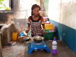 케냐 몸바사 인근 빈민촌 주민이 지난해 11월에 지급받은 저탄소 쿡스토브로 음식을 조리하고 있다