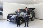 쌍용자동차 국내영업담당 이광섭 상무(오른쪽)가 대한장애인컬링협회 최종길 회장에게 G4 렉스턴을 전달하고 있다