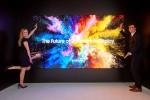 삼성전자 모델들이 상업용 디스플레이 더 월 프로페셔널을 소개하고 있다