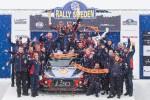 현대 월드랠리팀 선수 및 관계자들이 2018 WRC 스웨덴 랠리 시상대에서 기념 사진을 촬영하고 있다. 신형 i20 랠리카 위에서 니콜라스 질술(왼쪽)과 티에리 누빌이 우승컵을 들고 환호하고 있다