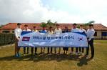 이글루시큐리티 이득춘 대표(왼쪽에서 여섯 번째)와 이글루시큐리티 임직원, 아워스쿨 선생님들이 캄보디아 아워스쿨 빙고관 기공식에 참여해 기념 촬영을 하고 있다