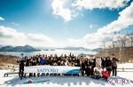 일본 삿포로 여행에 참가한 쏠렉 회원들이 도야호수 사이로 전망대 앞에서 기념 촬영을 하고 있다