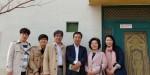 목포 공생원을 방문한 히메지 다카히로 일본항공 지점장(좌측 세 번째) 및 임직원과 정애라 공생원 원장(우측 두 번째)이 JAL하우스 앞에서 기념촬영을 하고 있다