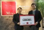 사회복지법인 네트워크 김병로 국장(좌)과 마이마알이 박진 실장이 후원금 전달 후 기념촬영을 하고 있다