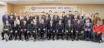 한국장애인정치대학원 제1기 입학식에 참여한 내빈 및 입학생들이 기념사진 촬영을 하고 있다