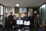 한국도서관협회와 한국사고와표현학회 관계자들이 업무협약 후 기념촬영을 하고 있다