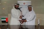 라스 알카이마 아메리칸대학교 총장 하산 알 알킴 교수와 알 누아이미 그룹 CEO 라세드 압둘라 아메드가 양해각서를 교환하고 있다