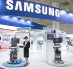 삼성 모델이 15일 KIMES 2018 삼성 부스에서 영상의학과용 프리미엄 초음파 진단기기 RS85를 소개하고 있다
