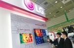 LG전자 직원이 부스를 찾은 관람객에게 의료용, 임상용, 진단용 등 모니터 제품을 설명하고 있다