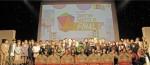 최종 수상 후보자들과 심시위원들이 단체사진을 촬영하고 있다