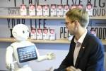 마스터카드 담당자가 로봇을 통해 피자를 주문하고 결제하는 모습을 시연하고 있다