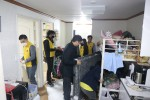 사회복지법인 네트워크와 민간임대주택 전문기업 마이마알이 담당자들이 저소득층 가정의 주거환경 개선을 위한 봉사활동을 진행하고 있다
