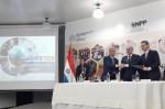 김기영 코리아텍 총장(가운데)은 4일 파라과이 직업훈련청과 직업훈련교사 기술 연수 프로그램 개발 및 전문가 인적 교류 확대 등을 내용으로 한 MOU를 체결했다