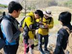 국제청소년성취포상제 탐험 활동 지도과정 전문연수에 참가한 청소년지도자들이 탐험 활동 코스설계 후 현장을 탐험하고 있다