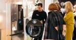 프랑크푸르트에 위치한 토네트 컨셉 갤러리 매장에서 고객이 LG 시그니처 제품을 체험하고 있다