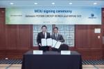 이원재 요즈마그룹 한국법인장(왼쪽)과 박정수 미래SCI 대표이사가 MOU체결 후 기념촬영을 하고 있다