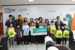 녹색교통운동이 경동초등학교 학생들과 전달식 후 기념촬영을 하고 있다