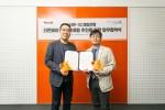 SC제일은행, 티몬 공동 마케팅 업무 협약식에서 김종훈 SC제일은행 디지털사업부 상무(왼쪽)와 김준수 티몬 최고마케팅책임자가 기념촬영을 하고 있다