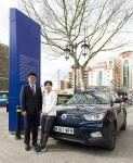 쌍용자동차 유럽사무소 김준범 소장(왼쪽)과 지소연 선수(오른쪽)가 영국 런던 첼시 홈구장인 스탬포드 브릿지(Stamford Bridge)에서 후원 협약을 체결하고 티볼리를 전달한 뒤 기념촬영을 하고 있다