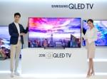 삼성전자 모델들이 17일 서초사옥 다목적홀에서 2018년형 QLED TV를 소개하고 있다