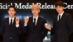 엑소 멤버인 수호, 백현, 카이(왼쪽부터)가 기념 메달을 들고 사진 촬영하고 있다