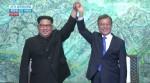 문재인 대통령과 김정은 위원장이 판문점 선언문에 서명한 뒤 손을 들어 보이고 있다