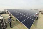 서울 관악구의 KT 구로타워 옥상에 구축된 태양광 발전소에서 KT의 에너지 전문인력들이 태양광 발전시설을 점검하고 있다