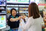 GS25 내일스토어 자활기업이 된 GS25 시흥행복점의 전경자 경영주가 고객을 응대하고 있다