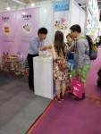 제123회 중국 수출입 상품교역회에 참가한 신아기업 담당자가 해외바이어와 상담하고 있다