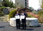 디글로벌홀딩스 박정섭 대표이사(좌), 참스팜스 정성기 회장이 협약식 체결 후 기념촬영을 하고 있다