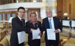 좌로부터 로커스체인 파운데이션 이상윤 대표이사, PELITA의 Mr. D.S.P.U, H.A.OSMAN BIN H.A.OMAR 회장이 계약 체결 후 기념촬영을 하고 있다