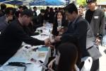 정홍섭 총장은 성년의 날을 기념하여 1300여명에게 장미꽃을 선사하며 격려했다