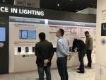 관람객들이 스마트조명 솔루션인 LG 센서 커넥트가 전시된 부스를 둘러보고 있다
