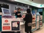 랄라블라 명동중앙점에서 중국인 고객이 상품을 구매하고 있다
