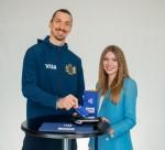 축구 스타 즐라탄 이브라히모비치와  소셜미디어 인플루언서 타티아나 바실레바가 2018년 러시아 월드컵에서 선보일 빠르고 쉬운 비자의 비접촉 지불기술을 소개하고 있다