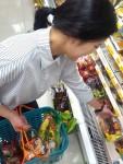 GS25에서 고객이 과일 반찬 등을 구매하고 있다