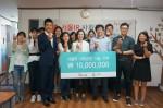 국내 IR 컨설팅 전문기업 서울IR네트워크 한현석 대표이사가(사진 우측에서 네번째)가 사단법인 청소년과 가족의 좋은 친구들을 방문해 1000만원의 기부금을 전달했다