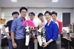 김용재 교수(앞줄 왼쪽), 학부생 3명, 대학원생 2명이 부채질하는 로봇을 소개하고 있다