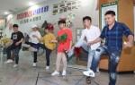 제기차기를 함께 즐기고있는 외국인 재학생과 일반 재학생