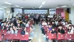 희망의 교실에 참여한 청소년들과 멘토들이 기념촬영을 하고 있다