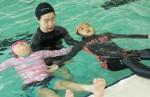 국립중앙청소년수련원 생존 수영 교육에 참여한 천안 성남초 청소년들이 물속에서 잎새뜨기 수영법을 배우고 있다