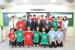 괌정부관광청 한국사무소 박세동 대표가 인천 포스코 고등학교 포스월드 동아리 학생들과 기념촬영을 하고 있다