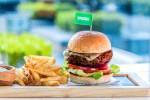호텔 아이콘 고객들은 비건 햄버거빵에 더해 구다 치즈, 양파, 피클을 곁들인 임파서블 버거를 주문할 수 있다